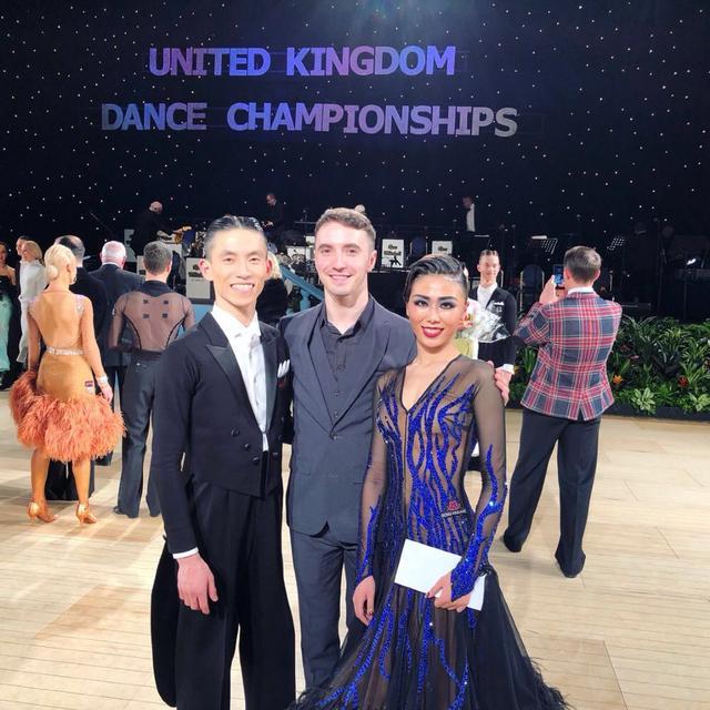 一年飞三次英国一个月飞两次香港 这个重庆女孩为摩登舞花了几十万机票钱