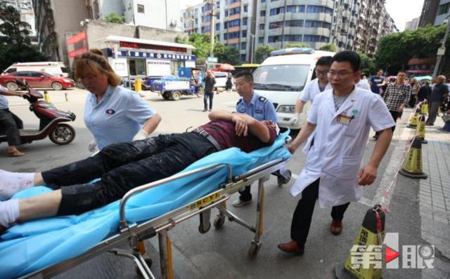 垫江一客车追尾货车 司机被困9人受伤