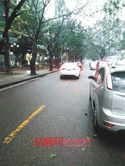 意外事故现场傍晚时违规停车现象严重,小宏头部包块仍十分明显-幼