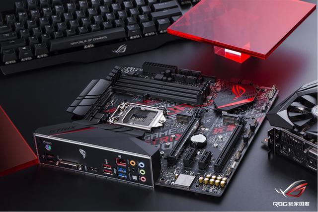 在外观设计上,这款主板不仅采用了抢眼的电竞图腾,而且支持AURA SYNC神光同步技术,并板载RGB接针,可与显卡、内存、键盘、鼠标、机箱、外接RGB灯带等设备联动,打造浑然一体的整机光效。除了灯效,这款主板还支持更新潮的3D个性化打印功能,令玩家能够随心定制主板外观,轻松理线,整洁酷炫。