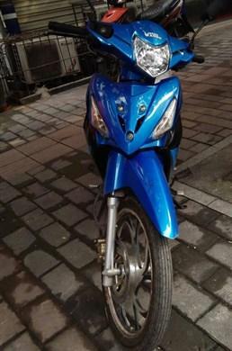 小伙骑摩托车炫技 准驾车型不符被记12分罚500元