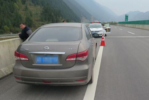 车子出故障 司机高速上靠手推还逆行