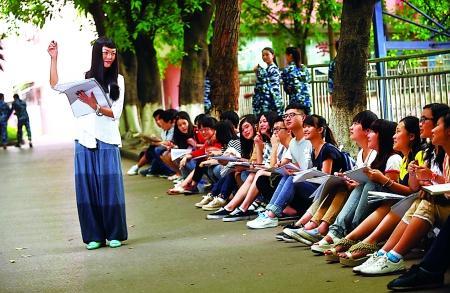范大学,王樱洁老师带着学生们在室外上课. 记者 李化 摄-麻辣教师