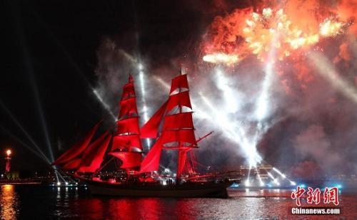 """人生新航程!圣彼得堡""""红帆节""""庆祝中学生毕业"""