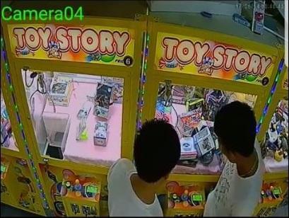 奇葩!台男子用下体顶撞夹娃娃机 最后撞出商品