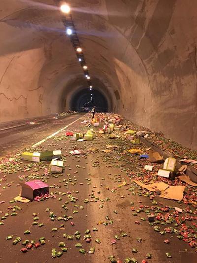 驾驶员行驶高速路途中捡手机 上千件货物散落一地