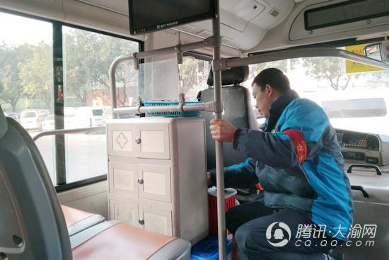 """两江赛利分公司220辆公交车""""洗澡"""" 让市民干净乘车"""