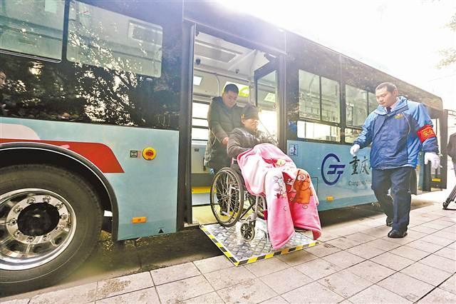重庆首批一级踏步公交车投用 配USB接口可为手机充电