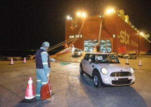 码头员工指挥卸车