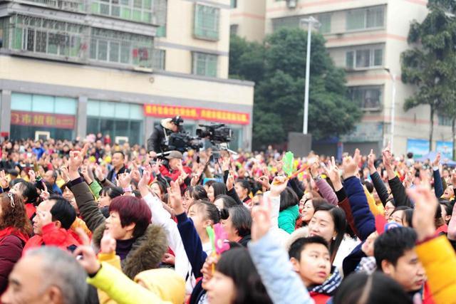 万人涌入江津石蟆镇 庙会文化节再现非遗绝技