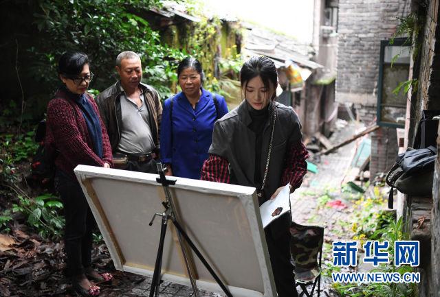 重庆女孩在大有巷写生 勾勒山城记忆