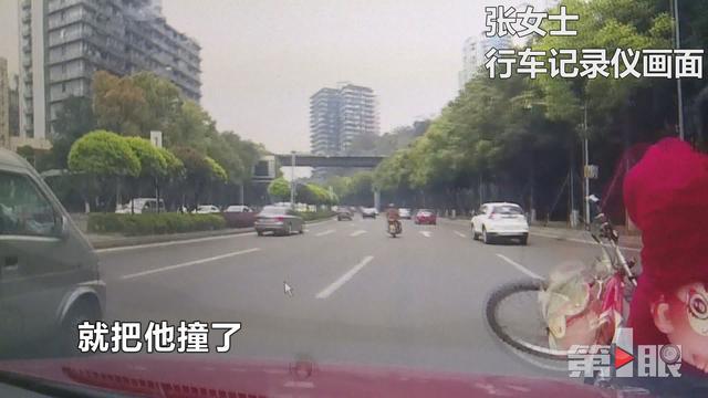 和后排孩子聊天 女司机撞飞自行车