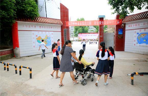 """感动!开州24名老师为1名女生订制""""梦想学堂"""""""