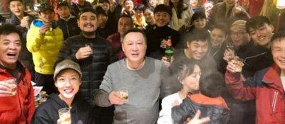 佟丽娅带儿子与剧组人员共度元宵节 陈思诚未现身