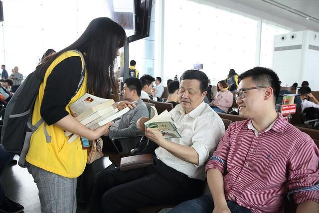 """""""行走的图书""""走进江北机场引领全民阅读"""