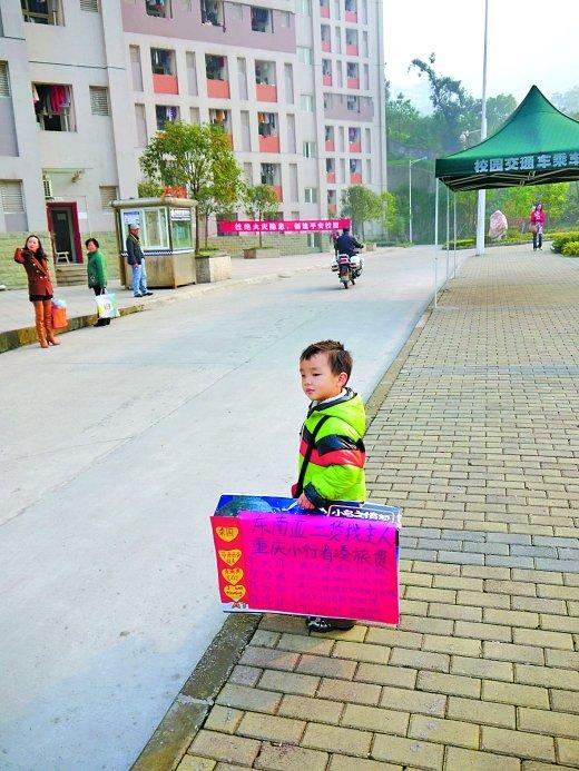 妈妈带4岁儿子摆摊 赚钱去泰国旅游(图)