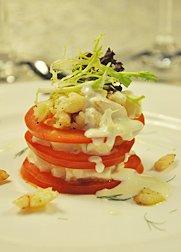 番茄蟹肉水果沙拉百酿酒窖的装修风格比较暗沉,但优雅中带着大气图片