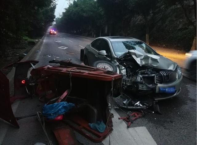 夜间行车未注意观察 轿车一头撞上电动车