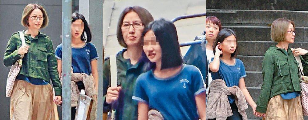 关咏荷面露憔悴与13岁女儿逛街,54岁的她为了孩子顾不上打扮