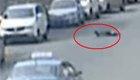 男子马路上找车乱撞