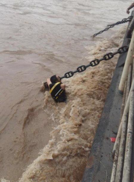 两市民在嘉陵江上驾摩托艇冲浪遭翻沉 已被成功救起