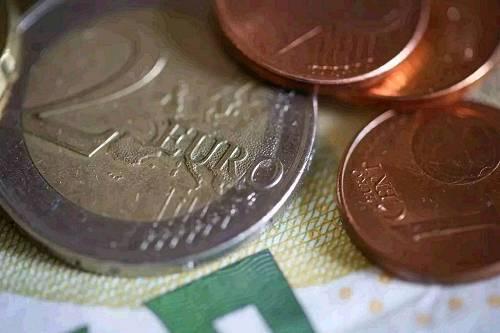 以小妮为例。她春节期间去韩国旅行,带了一张MasterCard的人民币-美元双币卡,所消费的韩元在入账时就需要换成美元,这就会产生【货币转换费】。该费用由国际卡组织向发卡银行收取,但通常发卡银行会将这笔费用转嫁给她。