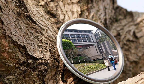 组图:大学生将校园美景装进化妆镜里 镜中美色不胜收