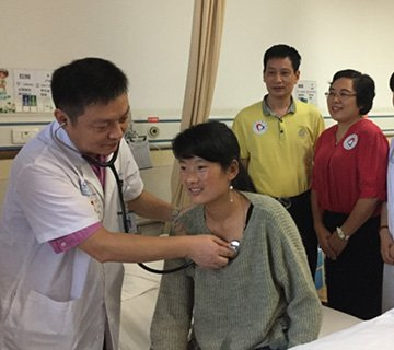 西藏女孩患心脏病 重庆医生携手补心