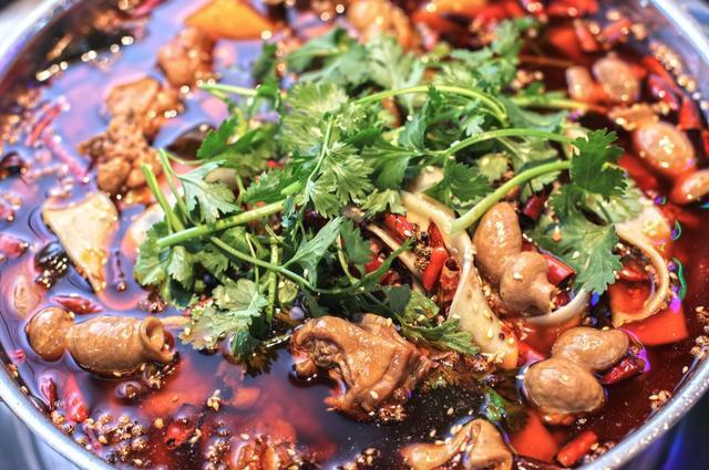重庆土著都不一定找得到的肥肠鸡 深藏20年专治重度肥肠爱好者