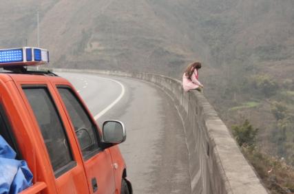 少女高速路上欲跳桥轻生 执法人员成功救援