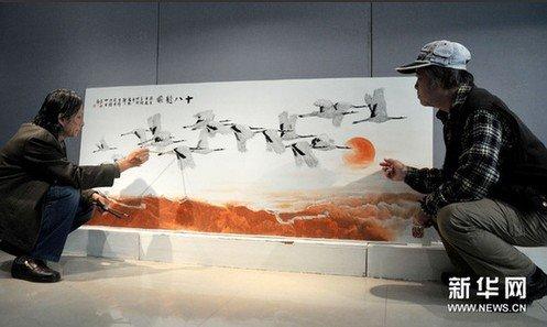 陶艺家创作大型瓷板画《十八鹤图》