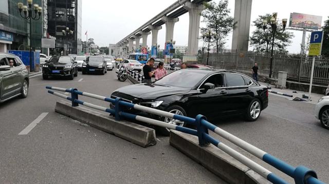 女司机错把油门当刹车 爱车飞驰连撞行人、车辆和护栏