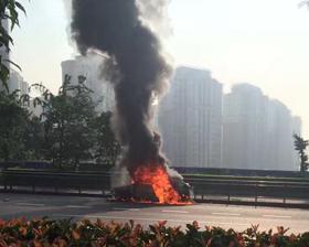 网友:嘉华隧道往洪恩寺方向小车自燃