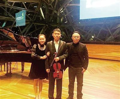 倬(中)和指导老师刘凯(右).-重庆16岁小提琴选手获澳洲国际比图片