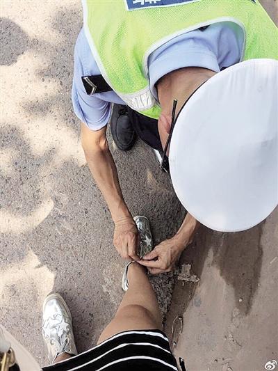 发生追尾后女子手痛得动不了 协警蹲下帮她系鞋带图片