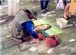 男子手绘蒙娜丽莎 路人:行走的艺术家