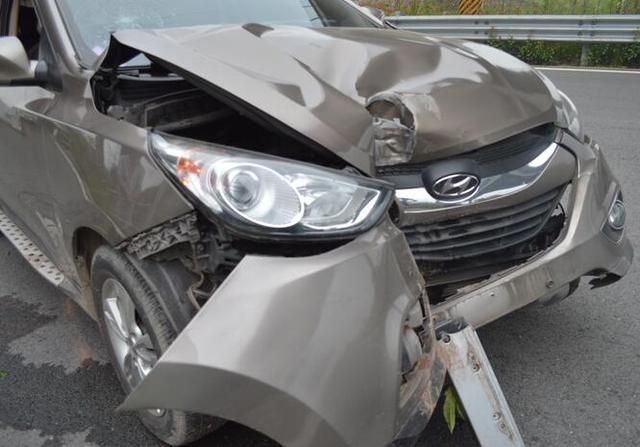 为避让变道车辆 小车冲上绿化带撞断路灯