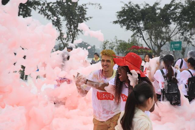 重庆大学生五彩泡泡跑在铜梁欢乐开跑