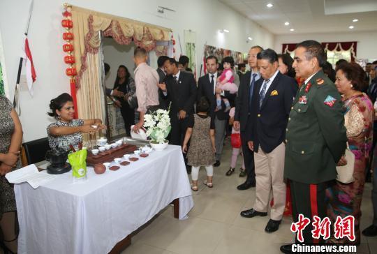 图为陆军指挥与参谋学院校长德文德拉?巴哈杜尔在了解中国茶艺。 张晨翼 摄