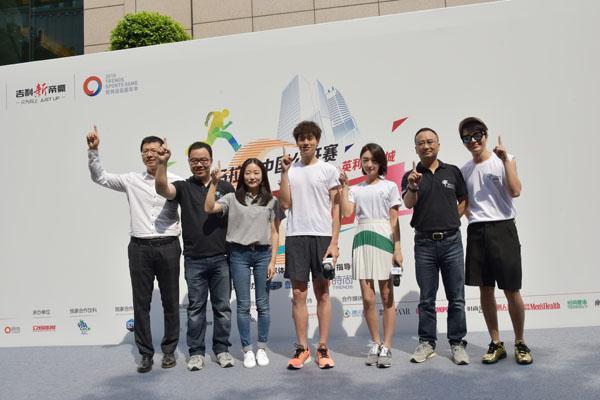 2015向上马拉松重庆站开跑 60层楼 8分钟不到跑完