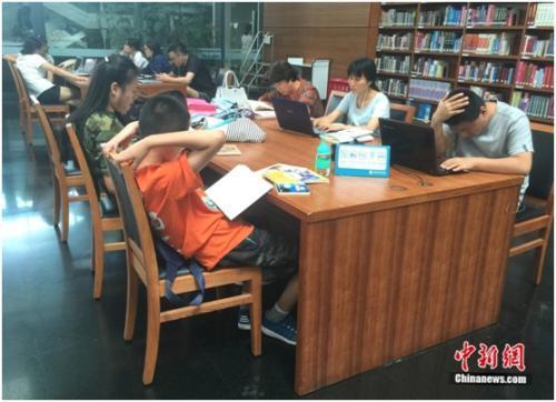 """图书馆拒绝儿童入内 公共场所如何管住""""熊孩子""""?"""