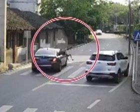 男孩过马路被撞飞
