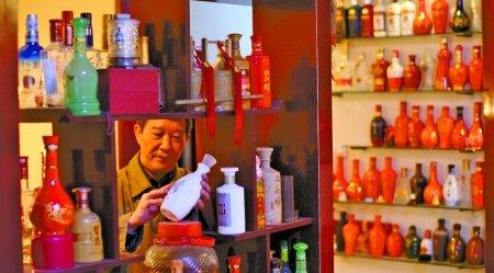 记者看到,这些酒瓶的材质有彩绘瓷,青花瓷,紫砂,玻璃等,酒瓶的造型图片
