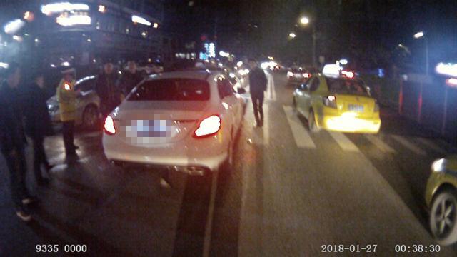 男子醉后驾车两眼昏花  越双黄线撞上对向车辆