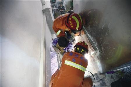 工人右腿卷入搅拌机 幸消防及时救出脱险