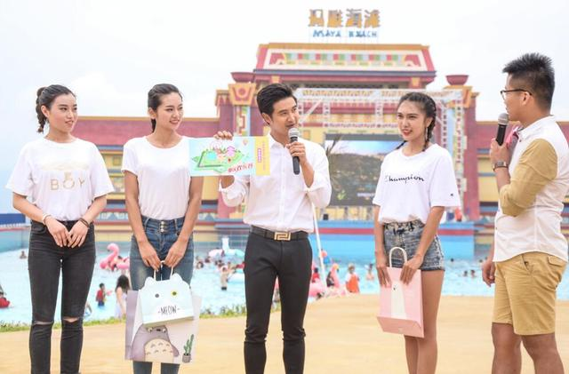 田亮现身重庆玛雅海滩 与重姐型男开启暑期狂欢
