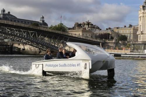 """这款号称""""零噪音、零波浪和零排放""""的水上出租车16日在巴黎赛纳河上试航成功。(图片来源:法新社)"""