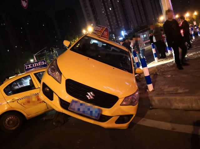 """转弯不仔细观察 两出租车相撞""""叠罗汉"""""""