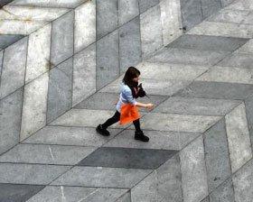"""重庆""""3D大街""""人仿佛在陡坡上行走"""