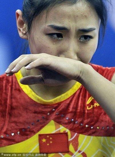 何雯娜严重失误飞出蹦床 受轻伤当场伤心洒泪